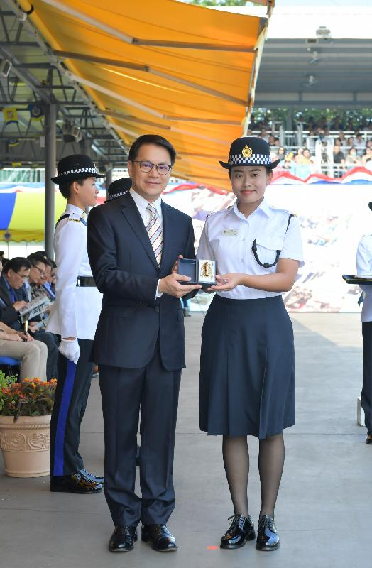 The Correctional Services Department held a passing-out parade at the Staff Training Institute in Stanley today (August 9). Photo shows the Chairman of the Legislative Council Panel on Security, Mr Chan Hak-kan (left), presenting a Best Recruit Award, the Golden Whistle, to Assistant Officer II Ms Yim Sin-yee.